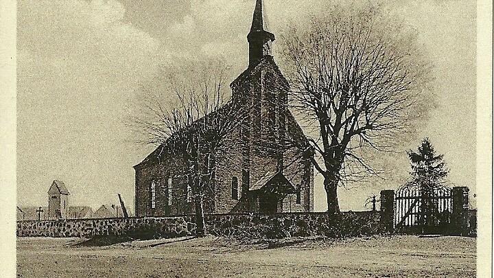 Die historische Ansicht der Dorfkirche von Ziezow entstand um 1920.