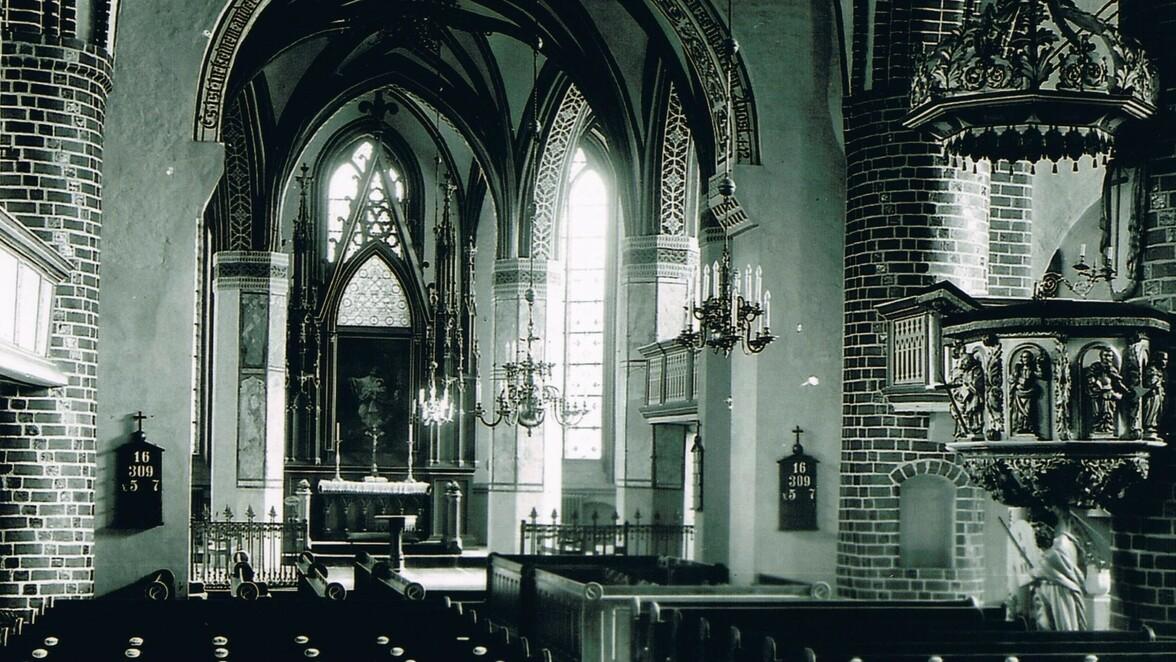 Die Sankt-Marien-Andreas-Kirche vor ihrer Zerstörung: Hier ist der Blick auf den Chorraum mit dem Altar gerichtet. Dort soll sich, so hat es Pfarrer Georg Heimerdinger überliefert, der Zugang zu einem unterirdischen Tunnel befinden.