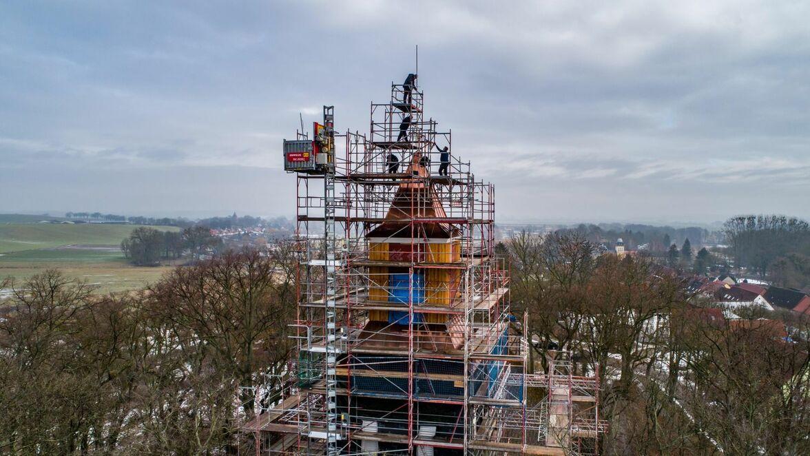 Der Greiffenberger Kirchturm: Die gesamte Fachwerkkonstruktion musste neu gebaut werden. Inzwischen ist die Kupferhaube aufgesetzt. Es folgt nun die Bekrönung.