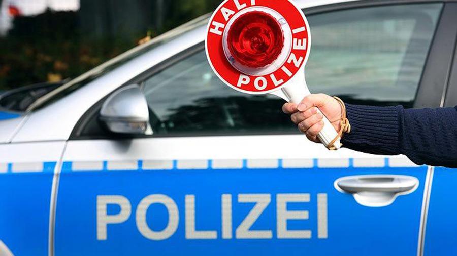Die Polizei Und Ein Reichsausweis