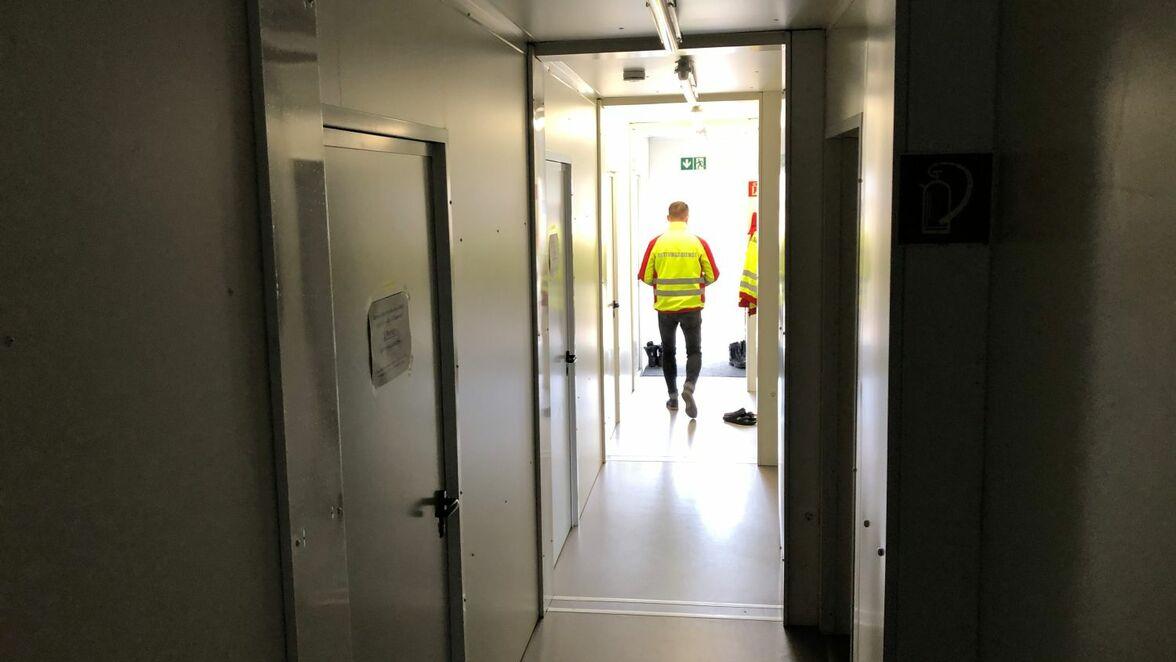 Innenansicht: Claudius Kaczmarek, Chef der Barnimer Rettungsdienstgesellschaft, geht durch den Flur des Containerbaus in Finowfurt. Links befinden sich Ruheräume, rechts Umkleiden, Sanitärräume und eine Gemeinschaftsküche.