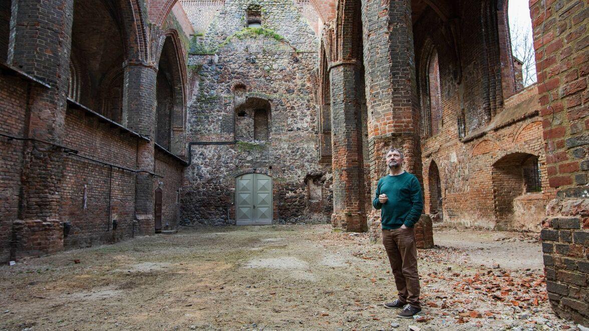Pfarrer Christian Moritz in der zerstörten Marienkirche in Wriezen. Auch mehr als 75 Jahre nach Ende der Kampfhandlungen ist es hier noch trist.